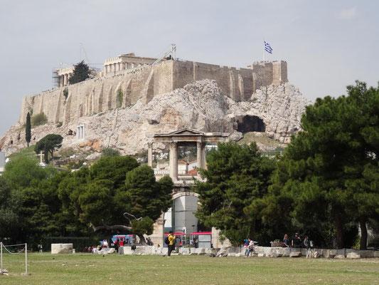 Blick vom Zeustempel auf das Hadriantor und die Akropolis.
