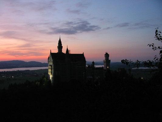 Das weltberühmte Schloss Neuschwanstein im Sonnenuntergang (2009).