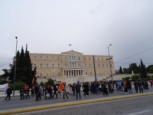 Das Parlamentsgebäude am Syntagmaplatz. Hier demonstrieren gerade Lehrer wegen irgendetwas.