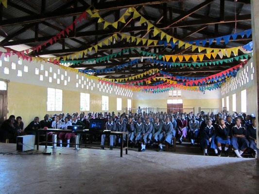 Die Schueler bei der Vorfuehrung von AVATAR in der Versammlungshalle.