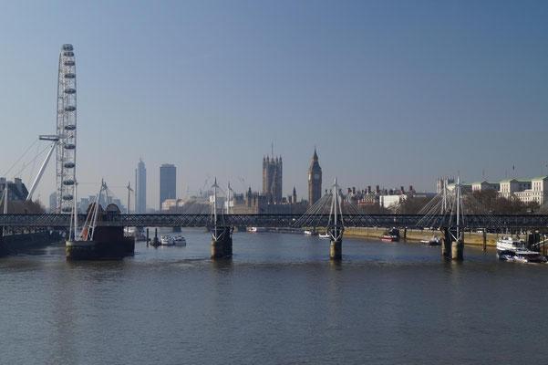 Blick von einer Themsebrücke auf das Regierungsviertel.