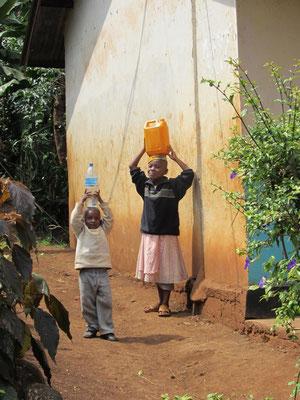 Wasserholen ist Pflicht der jungen Familienmitglieder, meist der Jungen.