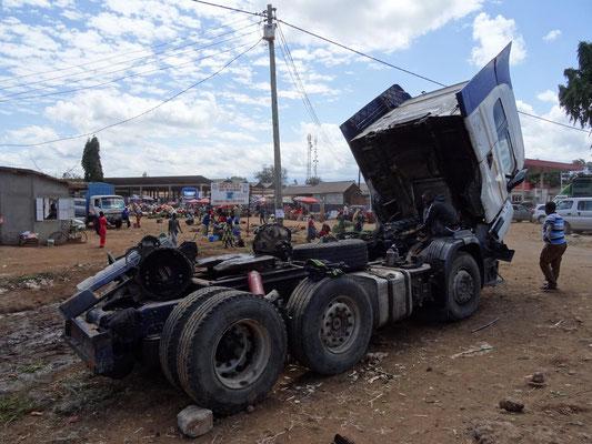 Reparatur eines Trucks am Kwasadala-Markt.