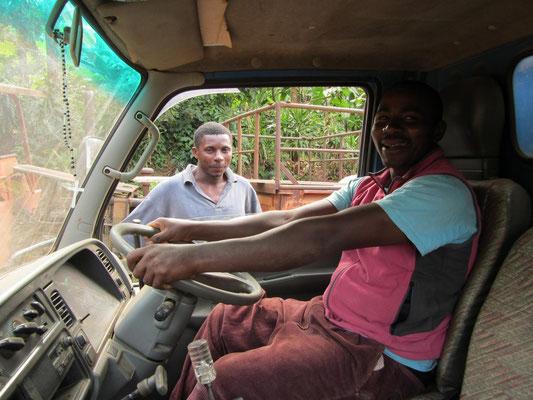 Joseph, Koch und LKW-Fahrer der Schule, faehrt Schueler zur Maisernte auf die Schulfelder.
