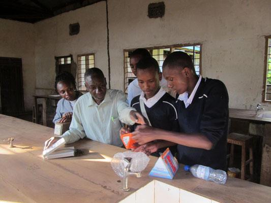 Verkauf und Übergabe der ersten Solarlampe an einen der Solarscouts des neuen Solarprojektes der Schule..