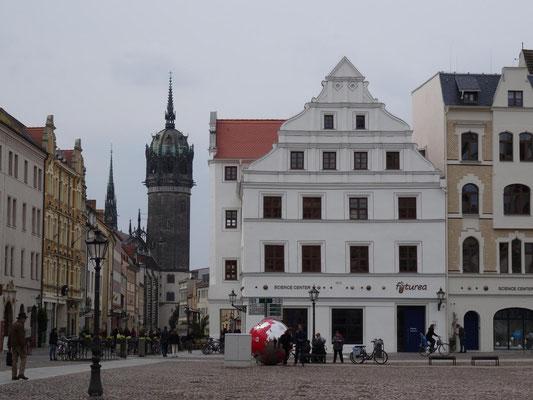 Marktplatz mit Turm der Schlosskirche.