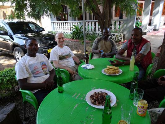 Gemeinsames Mittagessen mit den Abholern, hier mit Joseph Minde (KSS), Emanuel Soka (VTC-Informatiklehrer) und Filbert Kilawe (KSS).