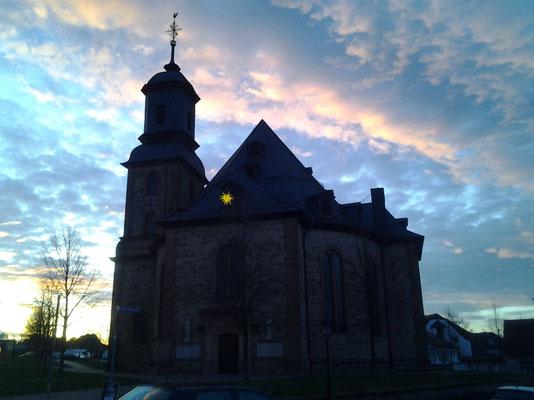 Sonnenuntergang an der evangelischen Kirche von Langenselbold.