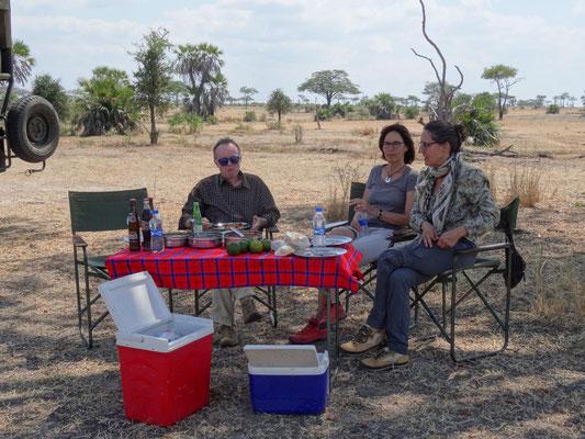 Busch-Lunch mit Entertainment Programm durch gleichzeitige Tierbeobachtung.