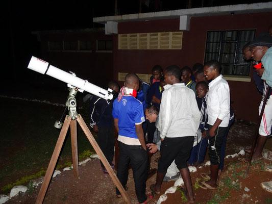 Nach der Einstellung beobachteten die Schüler den Mond und später den Saturn.