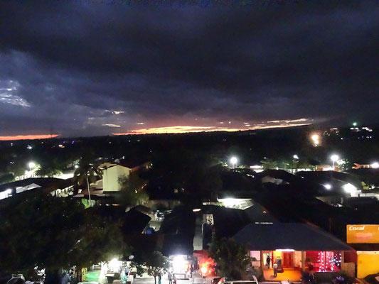 Blick über die Stadt in Richtung Arusha bei Einbruch der Nacht.