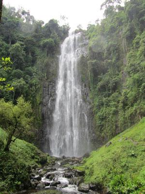 Der sehenswerte Wasserfall von Mnambe befindet sich in Wanderentfernung wenige Kilometer oberhalb der Schule.