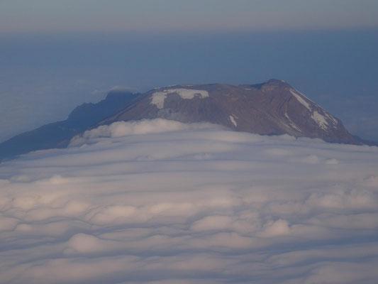 Vorbeiflug am Kibo, dem Hauptgipfel, bei ca. 7000 m Höhe.