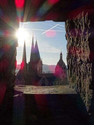 Blick vom Halbmond auf die Kirche von Gelnhausen.