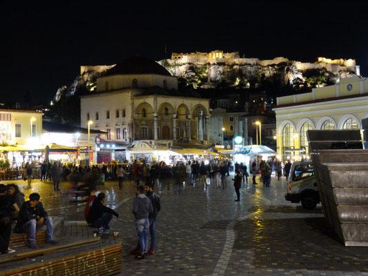 Der Monastirakiplatz im Athener Altstadtviertel Plaka ist zu jeder Tageszeit ein beliebter Treffpunkt.