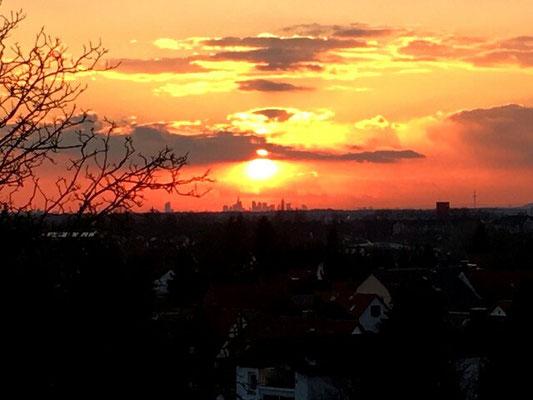 Skyline von Frankfurt von Langenselbold gesehen am Abend des 25. Februar 2016.