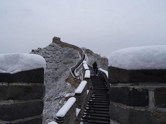 Die große chinesische Mauer mit Schnee. (Juyongguan Pass, Anfang November 2015)