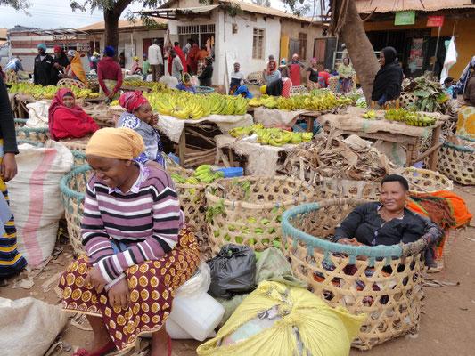 Marktfrauen auf dem Kwasadala-Markt vertreiben sich die Wartezeit auf Kunden.