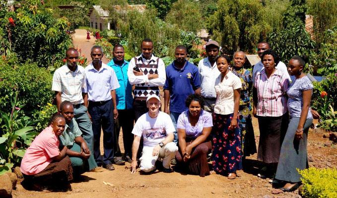 Gruppenfoto der Lehrer und Mitarbeiter der Schule mit mir.