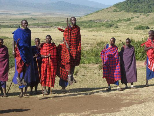 Der typische Sprung der Massaikrieger in einem Dorf am Ngorongorokrater.
