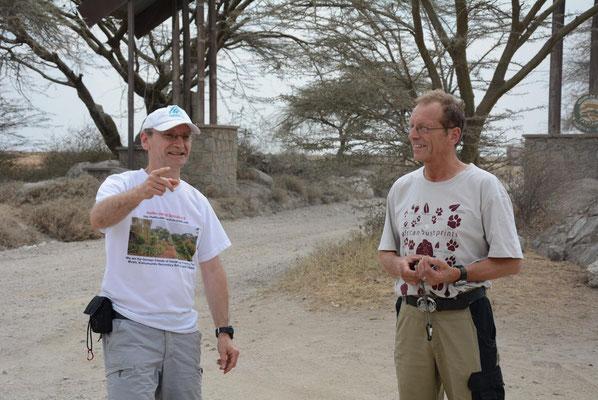 Die beiden Afrikareisenden, hier am Einfahrtstor zur Serengeti. Bild: W. Sommer
