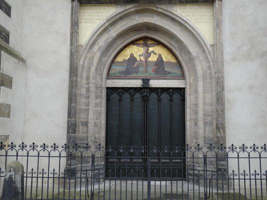 Die Tür der Schlosskirche mit den 95 Thesen von Martin Luther.