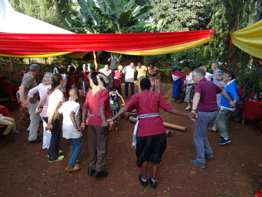 Eine Chagga-Gruppe macht Musik mit den Gästen.