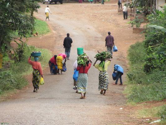 Typische Straßenszene auf dem Weg von der Schule zur Dalla-Dalla Haltestelle.