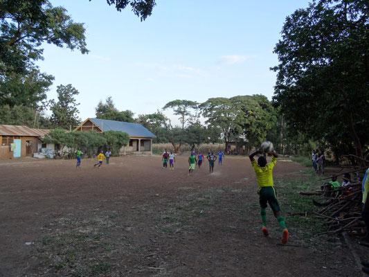 Abendliches Fußballspiel der VTC-Schüler: da ist ordentlich was los auf dem Gelände!