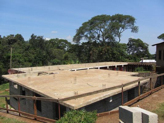 Die Maedchenunterkunft mit dem ersten (Baustart 2012) und zweiten Erweiterungsbau (Baustart 2013).
