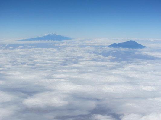Kilimandscharo und Mt. Meru beim Anflug auf den Kilimandscharo-Flughafen.