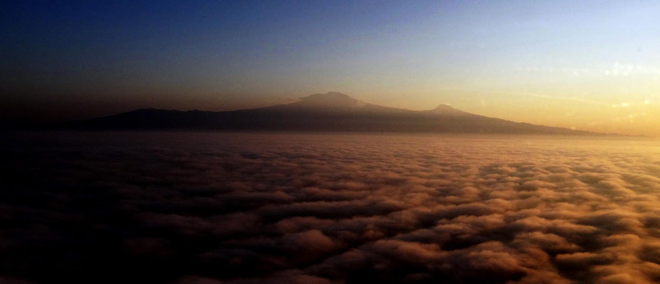 Kilimandscharo beim frühmorgentlichen Abflug nach Hause.