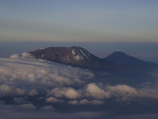Kilimandscharo im Abendlicht vom Flugzeug aus.