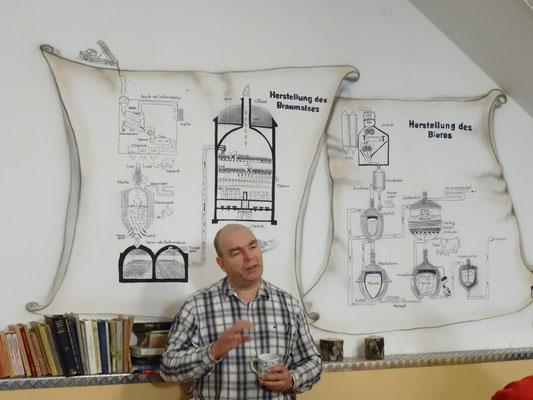 Frank Ziemel erklärt den Bierbrauprozess.