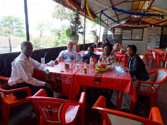 Beim Mittagessen mit Freunden nach der Landung in Tansania.