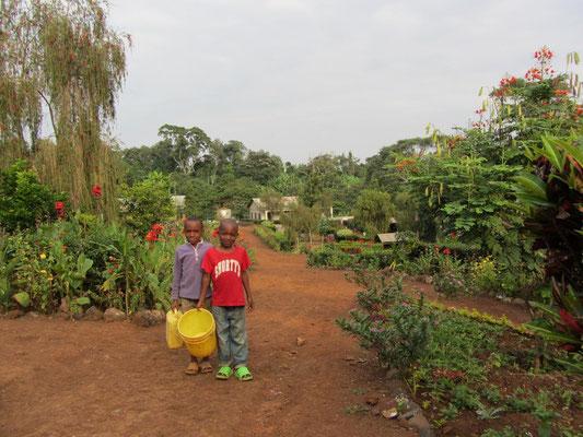 Wasserholen für die Familie ist Aufgabe der Kinder und Jugendlichen. Die Schule erlaubt den Nachbarn das Holen von Wasser auf ihrem Gelände. Sie erspart ihnen damit lange und beschwerliche Wege zur nächsten Wasserquelle.