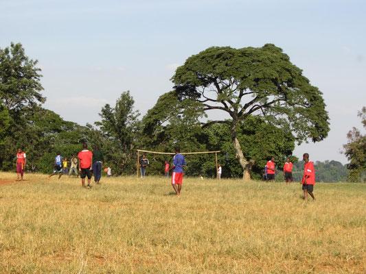 Freitags nachmittags ist Sport angesagt: Schueler beim Fussball.