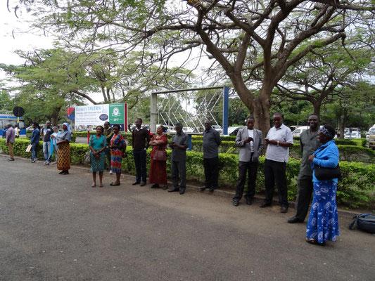 Das beeindruckend große tansanische Empfangskomitee wartet am Flughafen geduldig auf die Gäste.