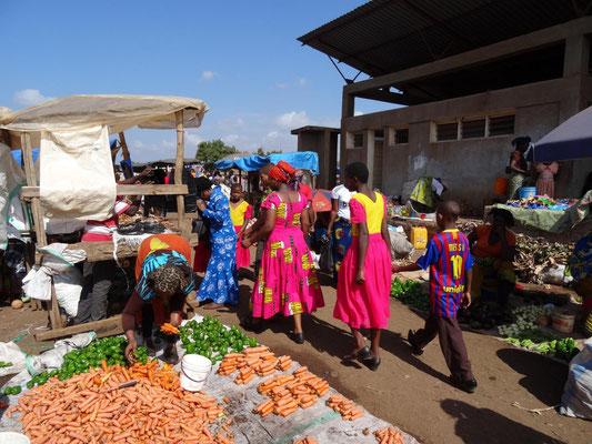 Einkaufen auf dem Kwasadala-Markt.