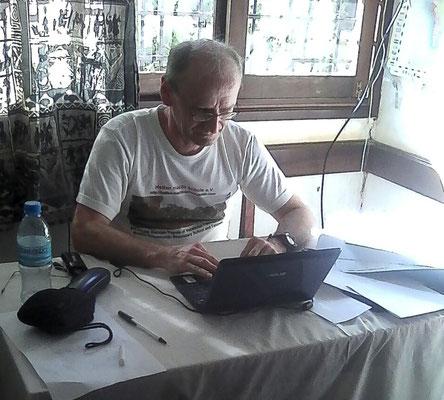 Der Webmaster der Kishumundu Sec. School beim Updaten der Homepage. Bild: Joseph Minde