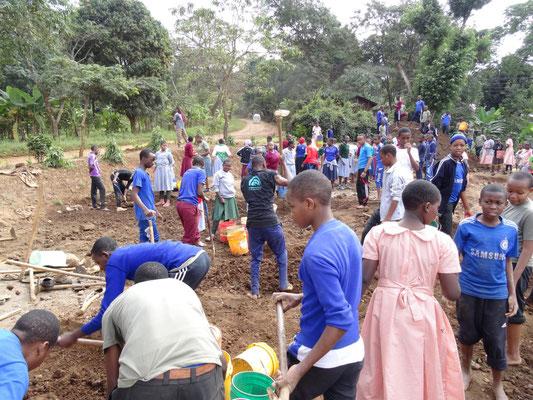 Erdarbeiten am entstehenden Lehrerhaus der Kishumunudu Sec. School.