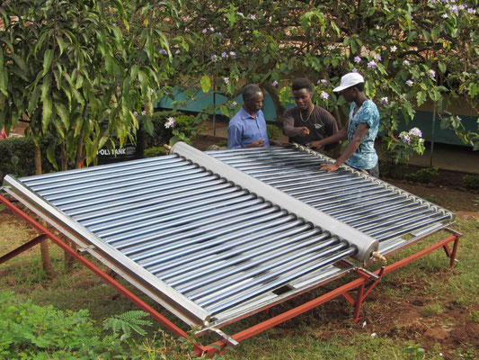Eine solar betriebene Desinfektionsanlage für Trinkwasser wird in Betrieb genommen.