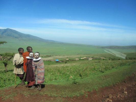 Massaikinder mit der eigentlich für frisch Beschnittene reservierten Gesichtsbemalung. Frisch Initiierte tragen zusätzlich schwarze Kleidung.
