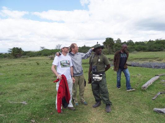 Von links: Michael, Michael und der tansanische, ganz gut Deutsch sprechende Ranger MICHAEL bei der Walking-Safari im Arusha-Nationalpark. Den Name unseres Fahrers (rechts) kenne ich nicht - vielleicht Michael?