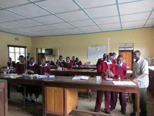 Die Schüler der Form III-Klasse beim Titrieren.