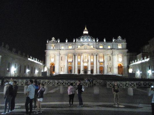 Durch Zufall bin ich schon am ersten Abend spontan auf dem Petersplatz gelaufen, nur mit der Handykamera ausgestattet.