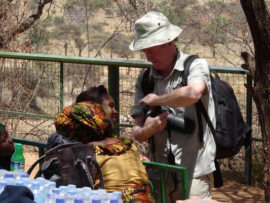Winfried Sommer zeigt im Tarangire-Park tansanischen Kollegen seine aktuellen Fotos.