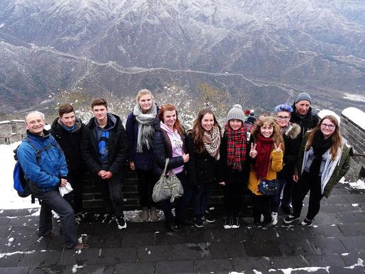 Die Besucher der Kopernikusschule am höchsten Mauerpunkt.