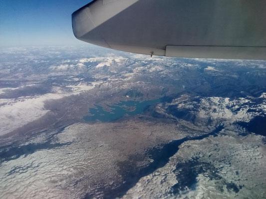 Flug über die südlichen Alpenausläufer.