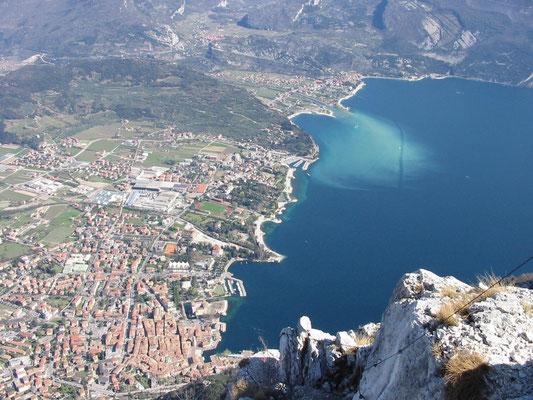 Blick auf Riva am Nordufer des Gardasees vom Klettersteig Via dell´Amicizia aus, Ostern 2002.